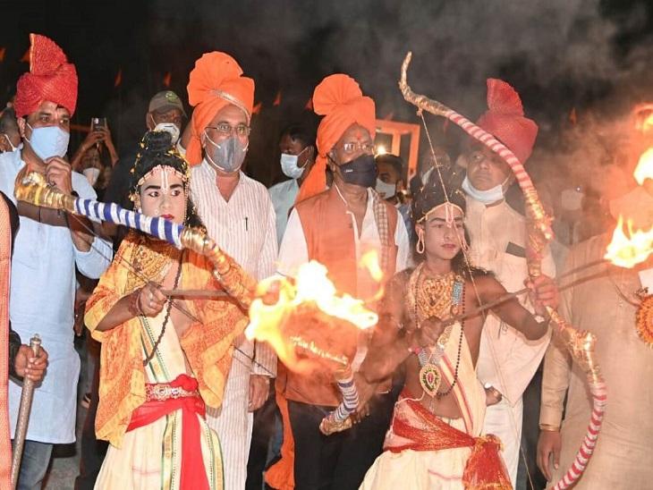 कार्यक्रम स्थल पर राम बने कलाकार ने रावण की बड़ी प्रतिमा की तरफ तीर चलाकर वध किया।