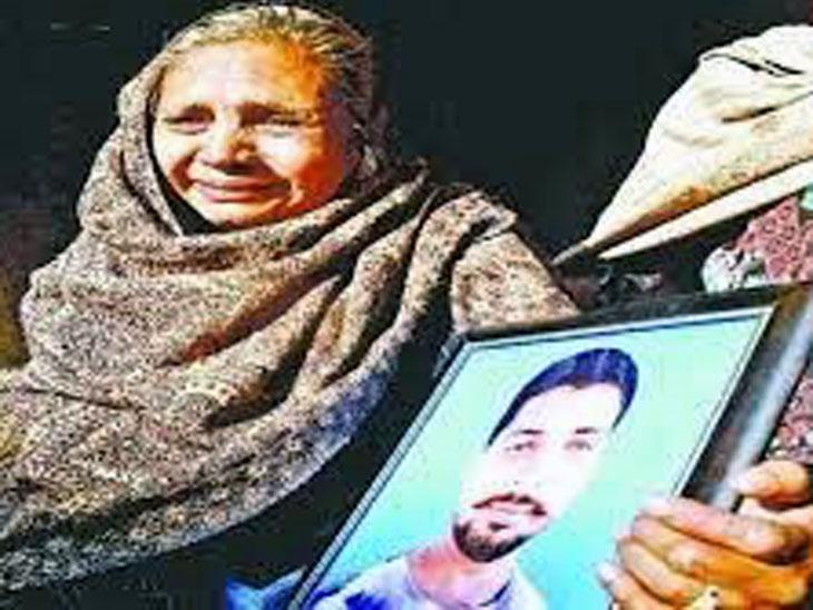 बेटे दलबीर की फोटो को हाथ में उठाए भावुक हुई मां।