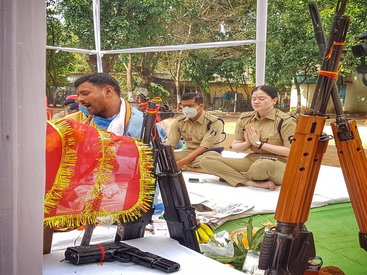 पुलिस लाइन में पूजा के दौरान विभाग के प्रमुख सभी अधिकारी इस पूजा में हिस्सा लेने पहुंचे।