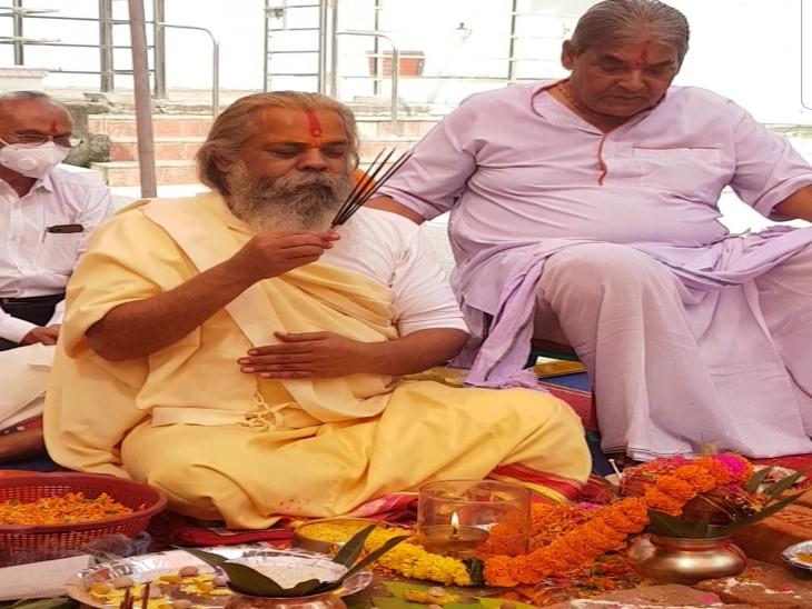 महंत रामसुंदर दास और जैतूसाव ट्रस्ट के अजय तिवारी पूजा में शामिल हुए।