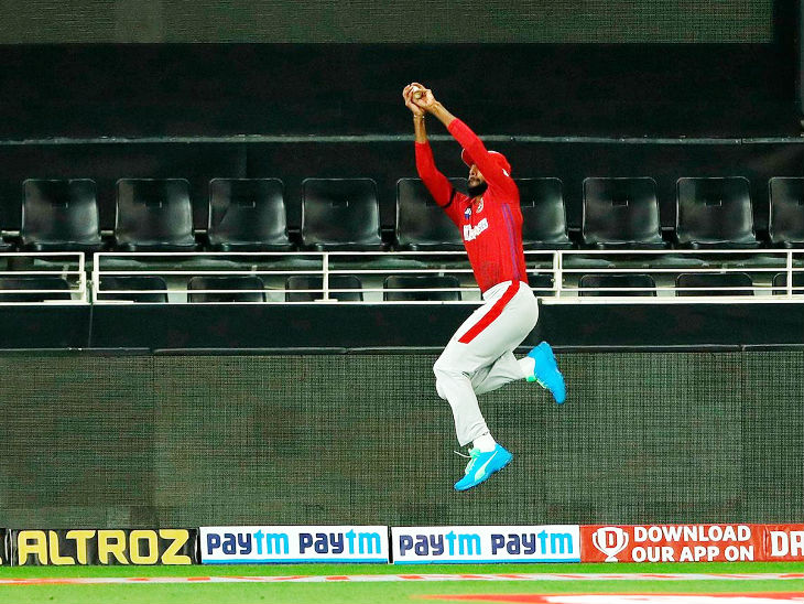 Jagadisha Susit made an amazing catch by Manish Pandey at the boundary.  Manish scored 15 off 29 balls.