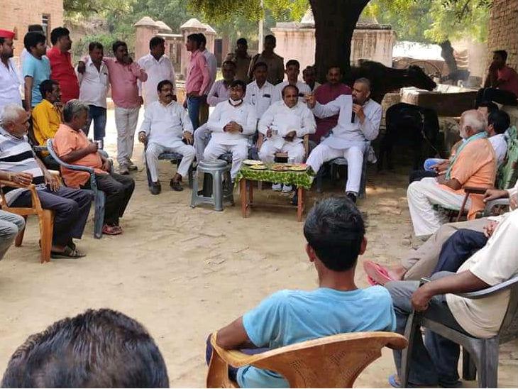 समाजवादी पार्टी के विधायक अमिताभ बाजपेई प्रचार करते हुए।