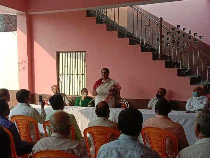 भाजपा की राज्यमंत्री नीलिमा कटियार पार्टी के पक्ष में सभा करते हुए।