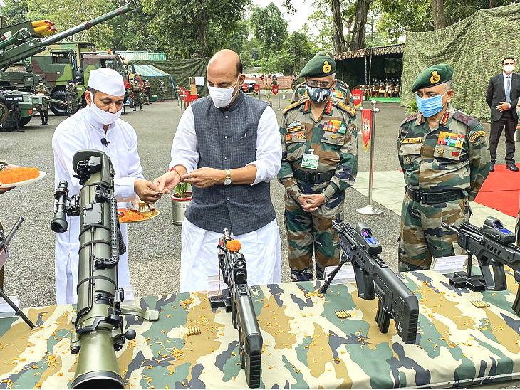 रक्षा मंत्री ने की शस्त्र पूजा, कहा- सेना हमारी जमीन का एक इंच हिस्सा भी किसी को लेने नहीं देगी|देश,National - Dainik Bhaskar