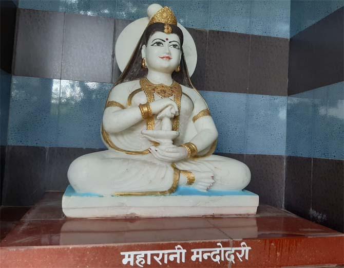 जोधपुर में रावण के मंदिर में स्थापित उसकी पत्नी मंदोदरी की प्रतिमा।