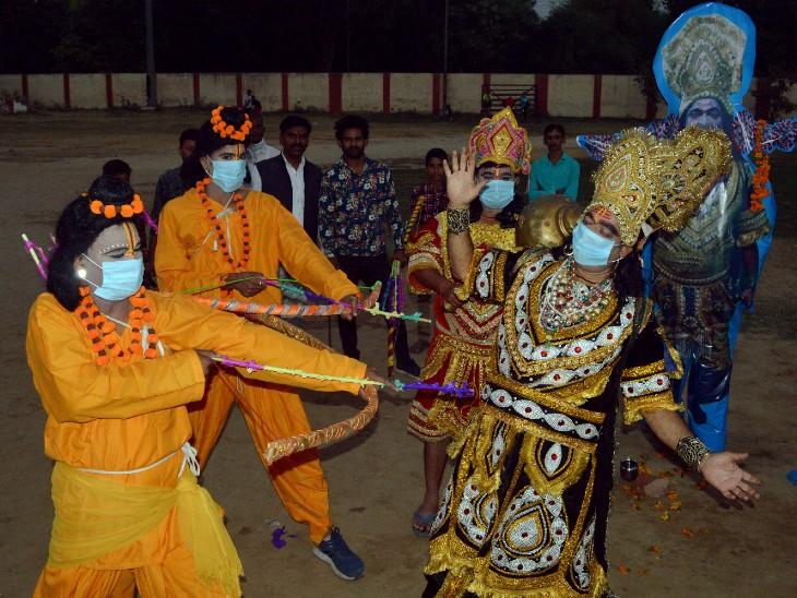 फोटो उत्तर प्रदेश के आगरा शहर की है। यहां दशहरा पर कलाकार रावण के अंत का मंचन करते हुए।