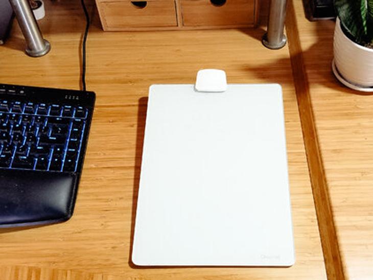 हम आमतौर पर पेपर-वर्क करने के लिए ढेर सारे कागज का इस्तेमाल करते हैं। लेकिन शीशे के एक व्हाइट बोर्ड के इस्तेमाल से हम इससे बच सकते हैं। इसके पीछे स्टैंड लगे होते हैं, जिससे इसका इस्तेमाल आसान हो जाता है।