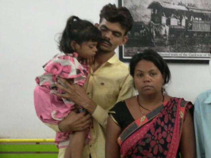 पति पत्नी में सुलह कराने के बाद जीआरपी ने बच्ची उन्हें सौंप दी।