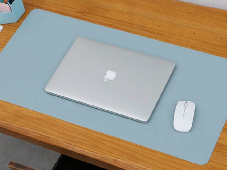 सबसे पहले आप डेस्क को मैनेज करने के लिए डेस्क पैड का इस्तेमाल कर सकते हैं। इससे आपका डेस्क फैला-फैला नहीं रहेगा। माउस और इलेक्ट्रिक पेन स्लिप भी नहीं करेगा। टेबल का लुक भी अच्छा आएगा और काम में आपको ताजगी महसूस होगी।
