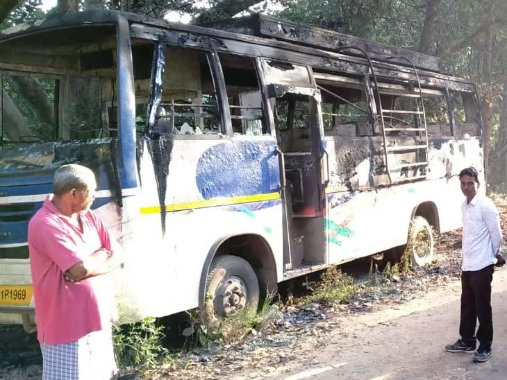 नामकुम में सड़क किनारे खड़ी बस में लगी आग, अंदर मिला एक व्यक्ति का जला हुआ शव|रांची,Ranchi - Dainik Bhaskar