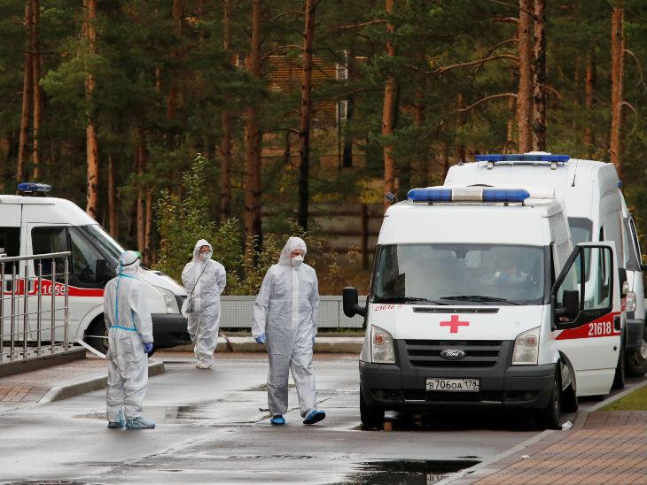 रूस के सेंट पीटर्सबर्ग में एक हॉस्पिटल के बाहर मेडिकल स्टाफ प्रोटेक्टिव सूट पहने नजर आए। यहां अब तक 15 लाख से ज्यादा संक्रमित मिल चुके हैं।