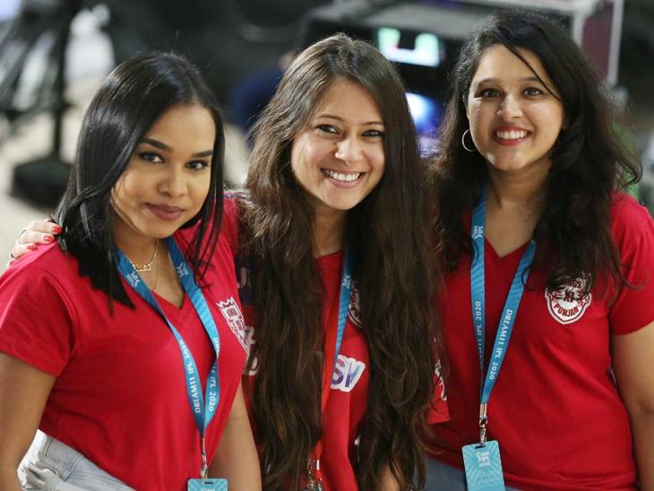 मैच के दौरान किंग्स इलेवन पंजाब के खिलाड़ियों की पत्नियां भी टीम को चीयर करने पहुंची।