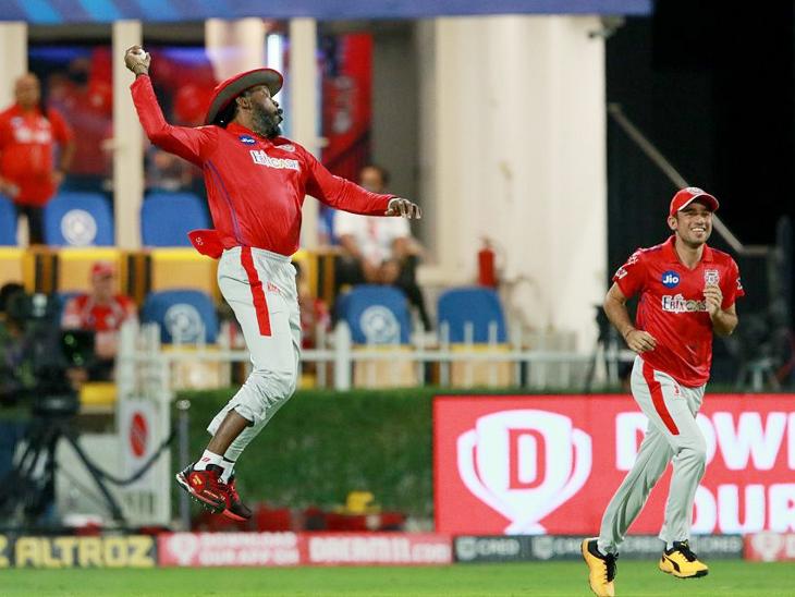 मैच के पहले ओवर में कोलकाता के ओपनर नीतीश राणा का कैच पकड़ने के बाद क्रिस गेल खुशी से उछल पड़े।