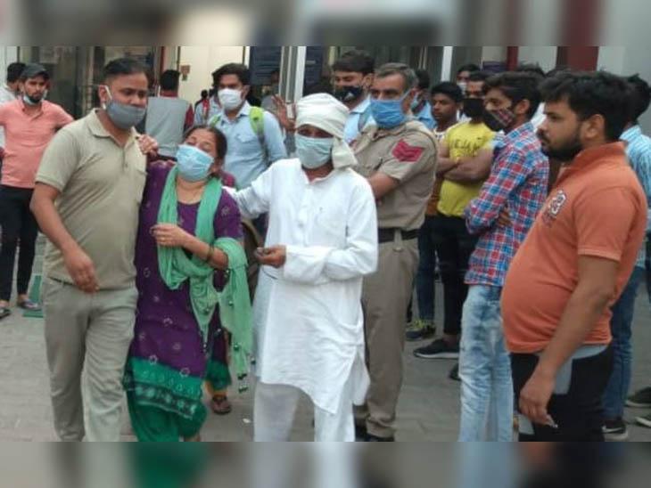 फरीदाबाद के बीके अस्पताल में पहुंचे निकिता के परिजन। इस दौरान निकिता की मां का रो-रोकर बुरा हाल था।