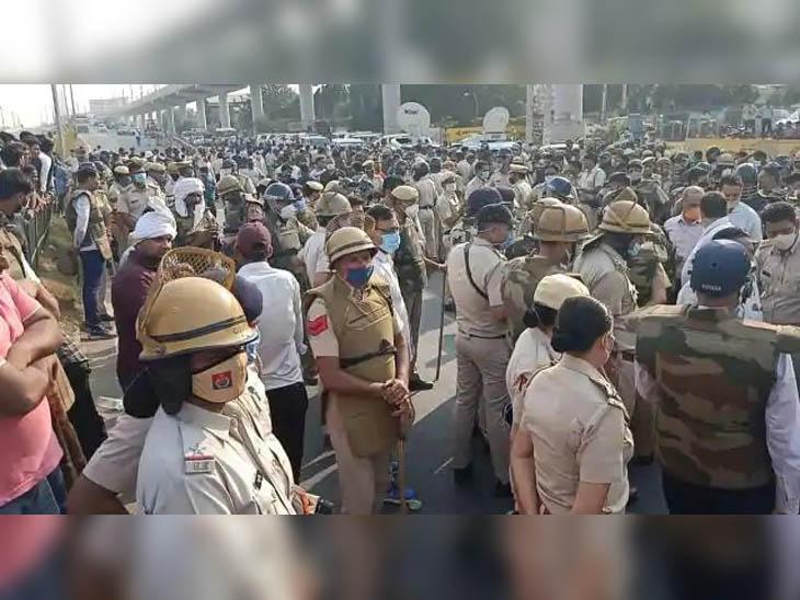 इंसाफ की मांग को लेकर रोड जाम करने पहुंंचे लोगों को नियंत्रित करने के लिए तैनात भारी पुलिस बल।