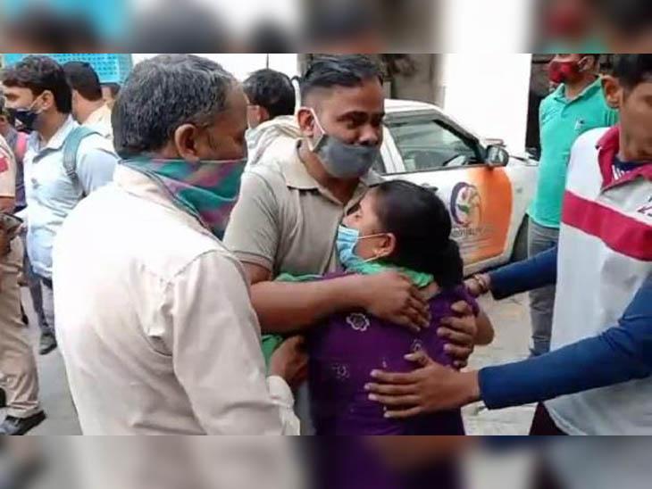 अस्पताल मेंं निकिता की मां को सांत्वना देते एक परिचित। यहां से कार्रवाई की मांग को लेकर परिवार प्रशासन के खिलाफ रोष प्रदर्शन करने निकल पड़ा।