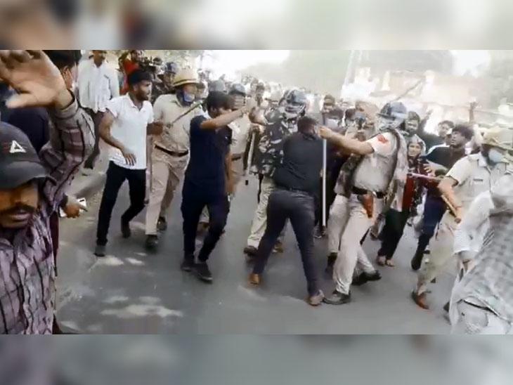 प्रदर्शनकारियों को नियंत्रित करने के लिए लाठियों और पानी की बौछारों का इस्तेमाल करती पुलिस।