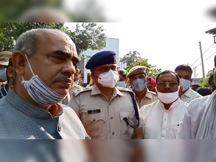 न्याय की मांग कर रहे प्रदर्शनकारियों से मिलने के बाद मीडिया के माध्यम से यथोचित कार्रवाई का आश्वासन देते बल्लभगढ़ के विधायक मूलचंद शर्मा।