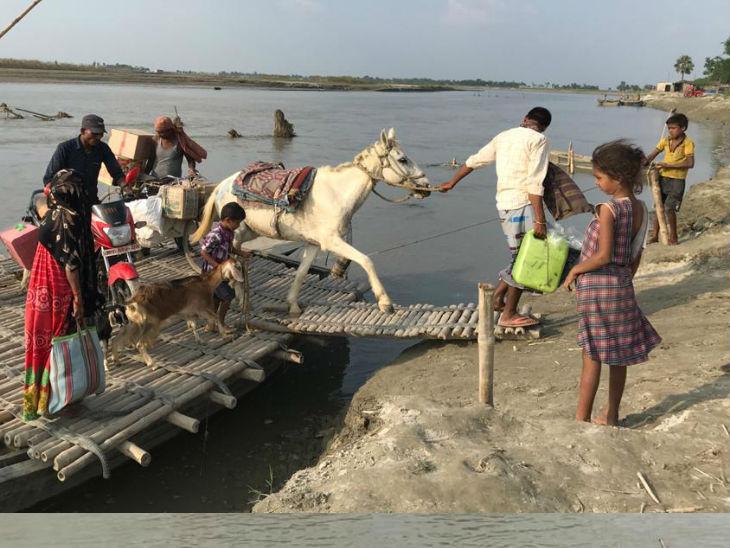 गांव में जाने के लिए नदी पर पुल नहीं है, इसलिए गांव के लोगों को मुश्किलों का सामना करना पड़ता है।