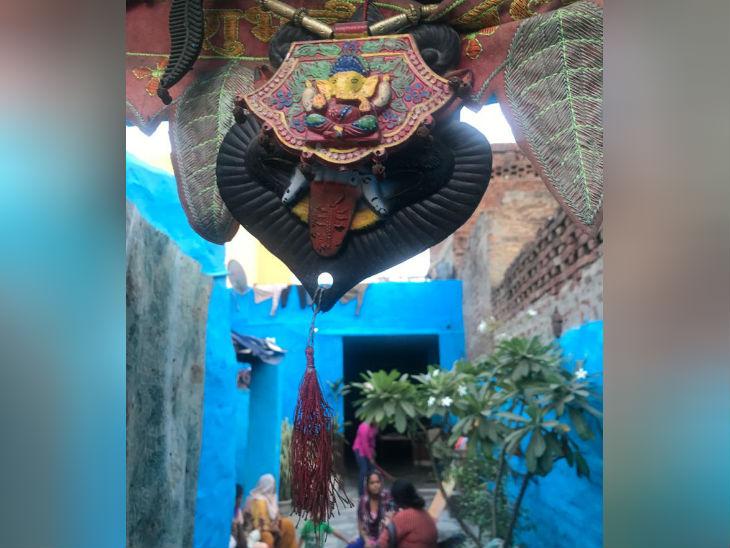 सुनीता की चौखट के ऊपर भगवान गणेश की मूर्ति लगी है। सुनीता और उनके पूरे परिवार ने बौद्ध धर्म अपनाया है।