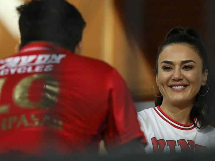 पंजाब की मालकिन प्रीटि जिंटा अपनी टीम की परफॉर्मेंस से काफी खुश नजर आईं।