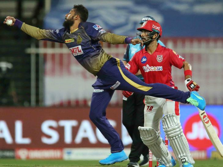 पिछले मैच विकेट लेने वाले KKR के वरुण चक्रवर्ती ने इस मैच में लोकेश राहुल को आउट किया।