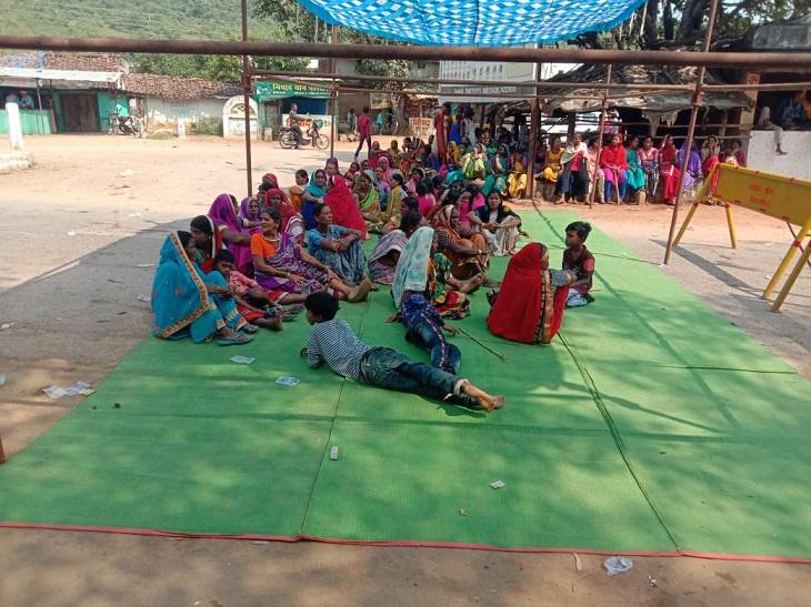 आक्रोशित ग्रामीणों ने सुबह से ही नेशनल हाईवे जाम कर दिया। महिलाएं सड़क पर टेंट लगाकर बैठ गई हैं।