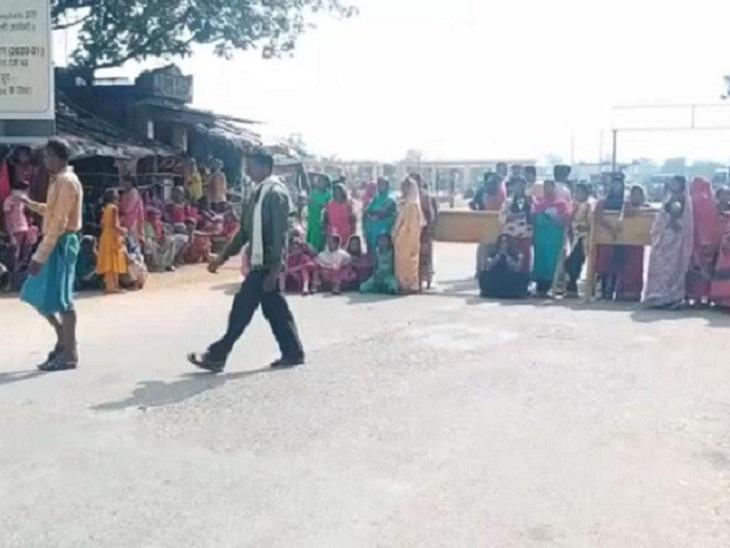 ओडिशा नेशनल हाईवे जाम होने से वाहनों की लंबी लाइन लग गई है। ज्यादातर ट्रक हाईवे पर फंसे हुए हैं।
