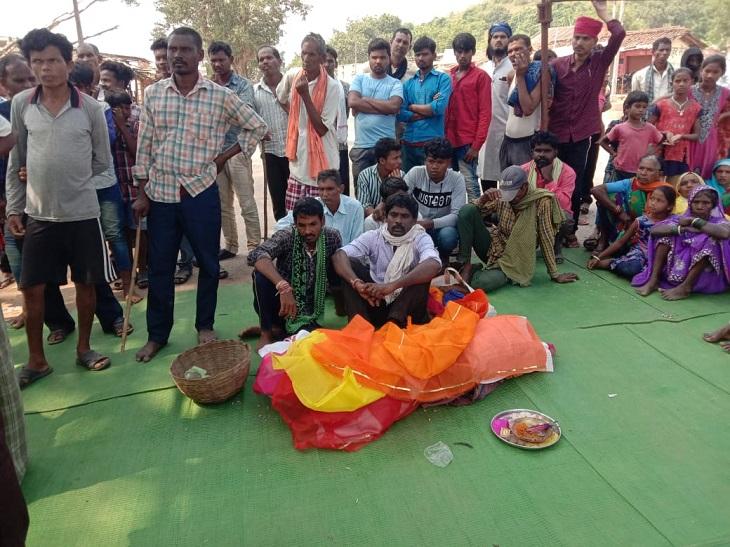 घटना से गुस्साए ग्रामीणों ने बच्चे का शव सड़क पर रखकर मंगलवार सुबह मालगांव के पास नेशनल हाईवे-130 सी जाम कर दिया है। इसके चलते रायपुर-ओडिशा मार्ग बाधित हो गया है।