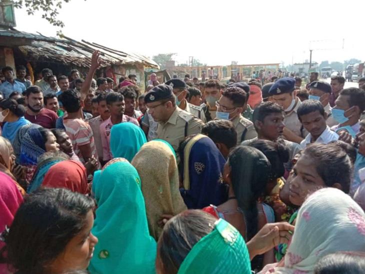 ग्रामीण अपनी मांग पर सुबह से अड़े हुए हैं। पुलिस उन्हें समझाने का प्रयास कर रही है। ग्रामीणों की कुछ मांगों को मानते हुए पुलिस ने आरोपियों पर हत्या का केस दर्ज किया है।