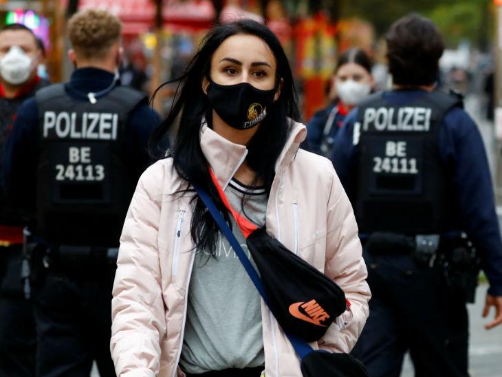 यह फोटो 26 अक्टूबर की है। जर्मनी की राजधानी बर्लिन में पुलिस लोगों के मास्क चेक करती नजर आई।