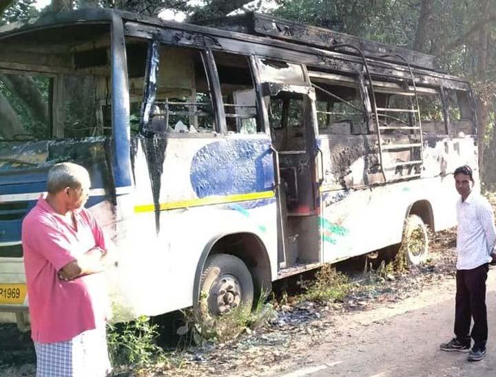 रविवार सुबह लोगों ने बस को जली अवस्था में देखा था।