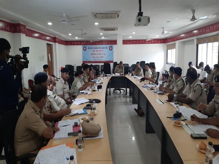 फोटो कुछ दिन पहले हुइ रायपुर पुलिस की बैठक के दौरान ली गई थी। चाकूबाजी की घटनाओं में शामिल बदमाश पुलिस के लिए बड़ा चैलेंज बने हुए हैं।
