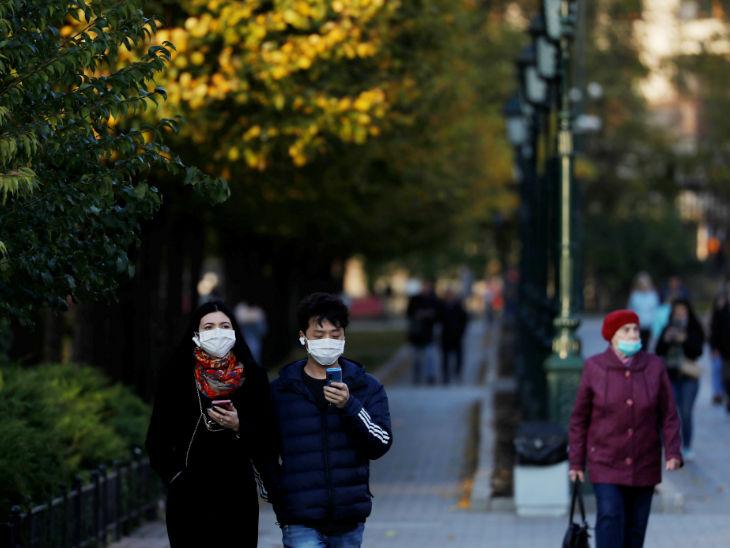 रूस के एक पार्क में लोग मास्क पहने नजर आए। देश में मरीजों की संख्या 15 लाख से ज्यादा हो गई है।