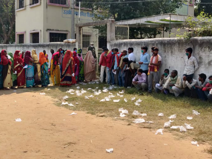 करगहर विधानसभा के पोलिंग बूथ पर वोटर को ग्लव्स तो दिए जा रहे हैं, लेकिन डस्टबिन नहीं होने से लोग वोट देने के बाद ग्लव्स कैंपस में की फेंक रहे हैं। इससे कोरोना बढ़ने का खतरा है।