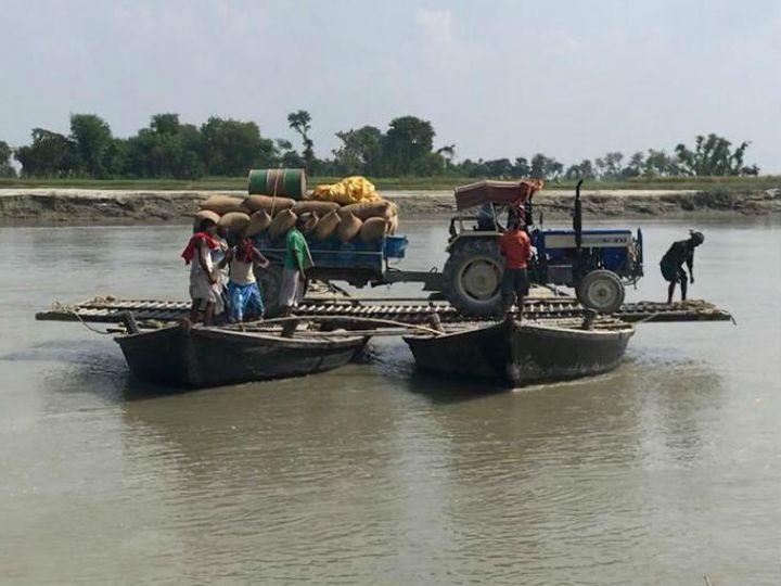 गुलरिया गांव की हालत अब भी ऐसी है कि ट्रैक्टर तक नाव पर लादकर लाने पड़ते हैं।