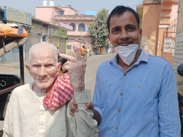 ये 115 साल के छांगुर प्रसाद साह हैं। ये कहलगांव विधानसभा में वोट डालने अपने नाती गौरव के साथ पहुंचे।