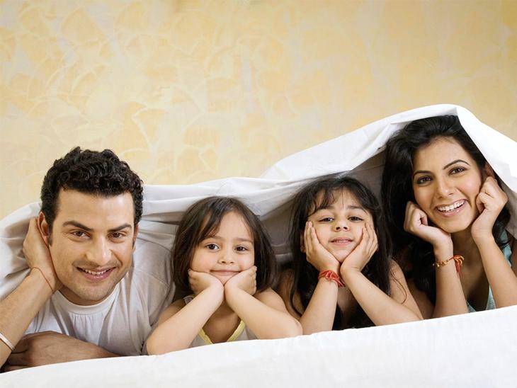 परिवार के साथ कुछ गेम या इवेंट प्लान करें, जैसे- डम्ब शराड या कुकिंग इवेंट। इस दौरान फोन को भूल जाएं। इससे आपकी ऑनलाइन और ऑफलाइन एक्टिविटी बैलेंस रहेगी।