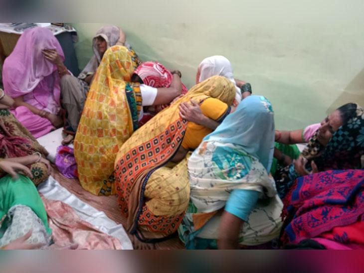 एक-दूसरी के गले लगकर विलाप करती मृतक निकिता तोमर के परिवार और रिश्तेदारी की महिलाएं।