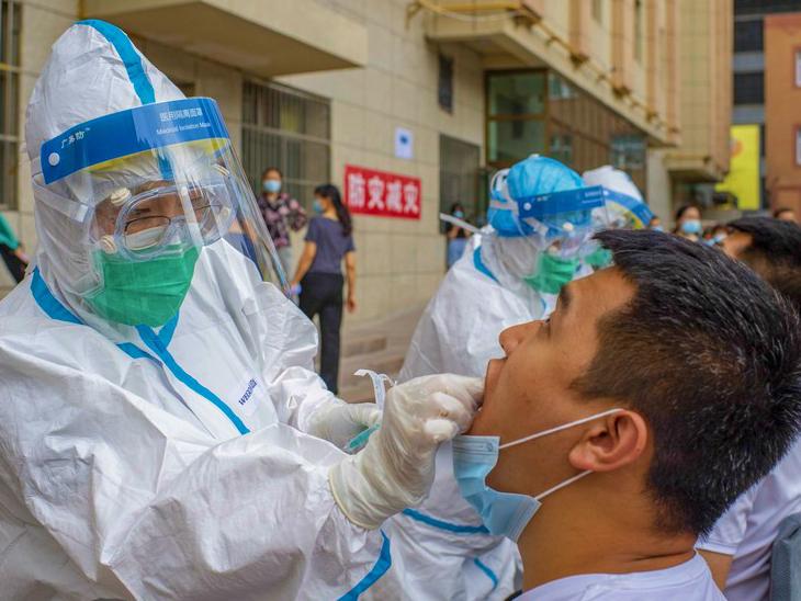 चीन के शिनजियांग प्रांत में एक संक्रमित की जांच करता हेल्थ वर्कर। चीन में एक दिन में 42 मामले सामने आए। खास बात ये है कि ये सभी लोकल ट्रांसमिशन के हैं।