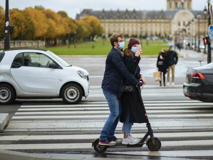 पेरिस के एक रास्ते पर मौजूद एक कपल। फ्रांस के राष्ट्रपति एमैनुएल मैक्रों आज देश को संबोधित करने जा रहे हैं। तय माना जा रहा है कि वे एक महीने के लॉकडाउन का ऐलान करेंगे।
