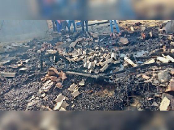 बिजली के तार शॉर्ट-सर्किट होने से लगी आग, दो झोंपे जले|बाड़मेर,Barmer - Dainik Bhaskar