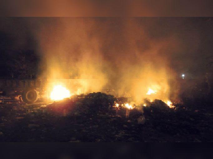 आदर्श स्टेडियम के पास स्थित कचरा पॉइंट से पूरे मोहल्ले में होता हैं धुआं, लोग परेशान|बाड़मेर,Barmer - Dainik Bhaskar