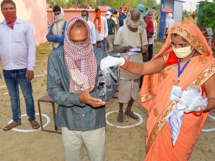 चुनाव आयोग के मुताबिक, ईवीएम का बटन दबाने के लिए वोटर को ग्लव्स दिए जाएंगे। कैमूर जिले के अलीपुर ब्लॉक में भी ऐसा देखने को मिला। यहां आने वाले वोटर को गेट पर ही ग्लव्स दिए जा रहे हैं।
