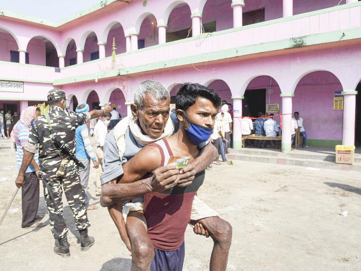 यह तस्वीर पटना की पालीगंज विधानसभा की है। यहां एक बेटा अपने पिता को पीठ पर लादकर लेकर आया और वोट डलवाया।