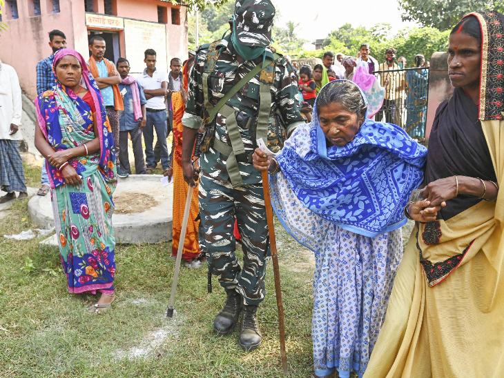 ये तस्वीर गया जिले की इमामगंज विधानसभा सीट के पोलिंग बूथ की है। एक सुरक्षाकर्मी बुजुर्ग महिला को वोट के लिए लेकर गया था।