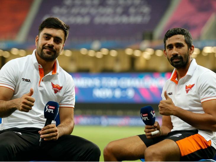मैच के बाद हैदराबाद की जीत के हीरो राशिद खान और ऋद्धिमान साहा।