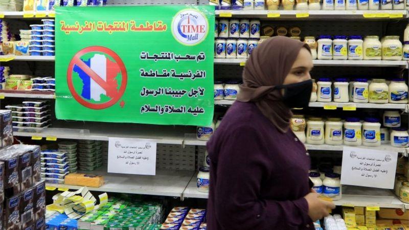 जॉर्डन के अम्मान में सुपर मार्केट में लगा प्लेकार्ड फ्रेंच प्रोडक्ट्स का बहिष्कार करने की अपील कर रहा है।