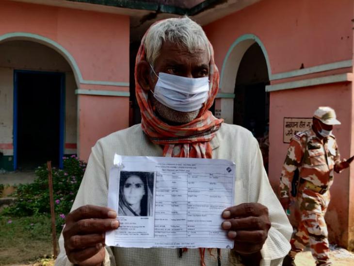 ये जहूर मियां हैं। ये काराकाट विधानसभा के रामरूप उच्च विद्यालय गोदारी में वोट डालने पहुंचे थे, लेकिन यहां वोटर स्लिप पर उनकी जगह किसी महिला का फोटो लगा था। इस वजह से वे वोट नहीं डाल पाए।