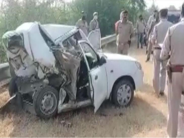 उत्तर प्रदेश के मथुरा में बुधवार सुबह यमुना एक्सप्रेस वे पर दो कारों की टक्कर में महिला समेत तीन लोगों की मौत हो गई। - Dainik Bhaskar